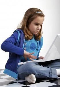 Hoogbegaafdheid - meisje met laptop op school